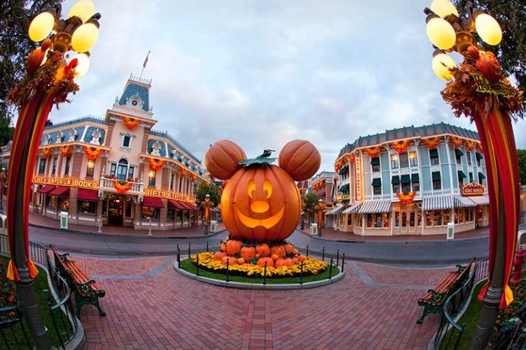 Disneyland Mickeys Halloween Party (C) Disney
